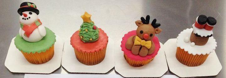 超级可爱的圣诞翻糖杯子蛋糕,让人压根就舍不得吃呢.
