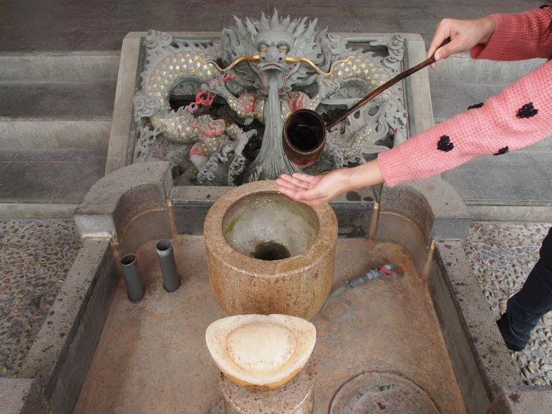 勺水淨手後才可以進廟求財哦(圖片來源-欣傳媒)