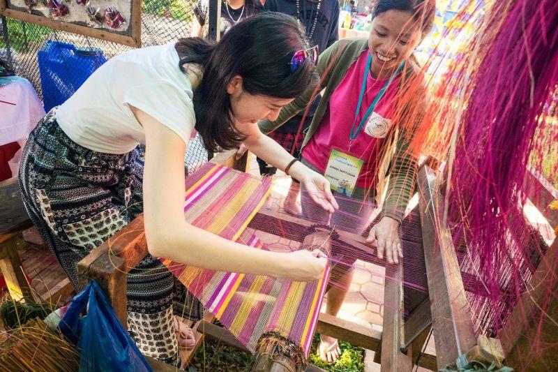 操作紡織機需要手腳靈活並用,實在不簡單,來訪的遊客可以親自體驗。(圖片來源:許詩美 攝)
