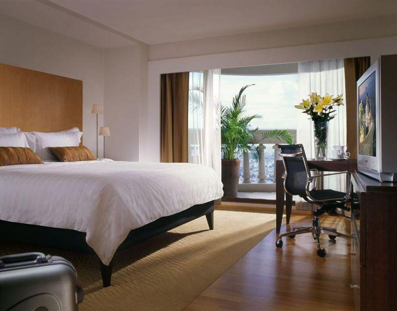 擁有絕佳城市美景與能俯瞰河畔景緻的頂樓露天餐廳及酒吧的飯店坐落於席隆地區,是參與潑水節慶典最佳下榻的飯店。