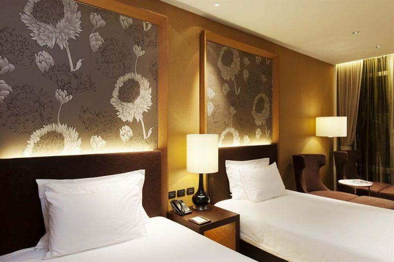 依思丁 - 格蘭酒店也毗鄰泰國最高的新地標—大京都大廈、Empire Tower、巴彭夜市,所以下榻此地對於外國遊客來是非常便利的