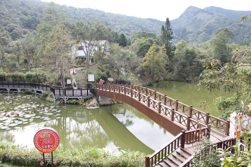 向天湖可用步道環行,一旁有登山路徑與文物館。