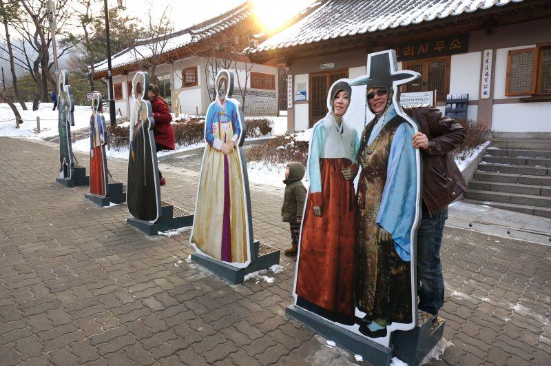 图片说明:穿著传统韩服的趣味人形立牌,游客喜欢在此拍照留意.图片