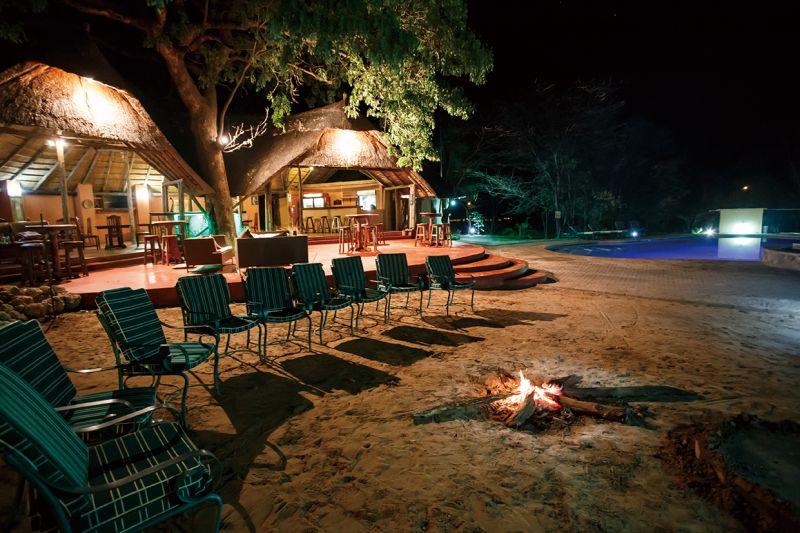 夜晚在公園裡燒著柴火、望著星空,是旅人們最倩意的時刻。(圖片來源:shutterstock)
