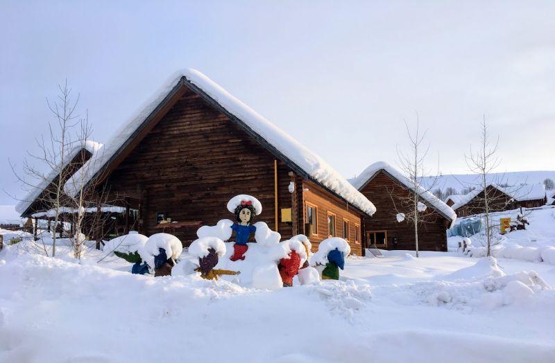 冬天禾木山庄白雪里的小木屋,宛如在欧洲.(图片提供陈怡君)