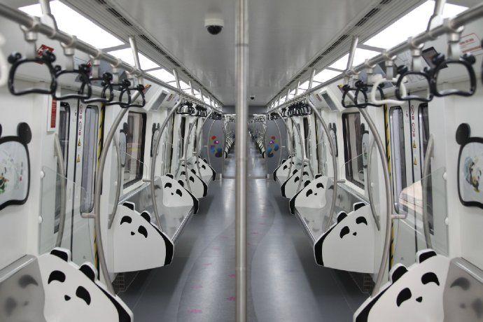 游家乡成都更有味道 盼达号的主题列车设计都是跟熊猫有关,满满的黑