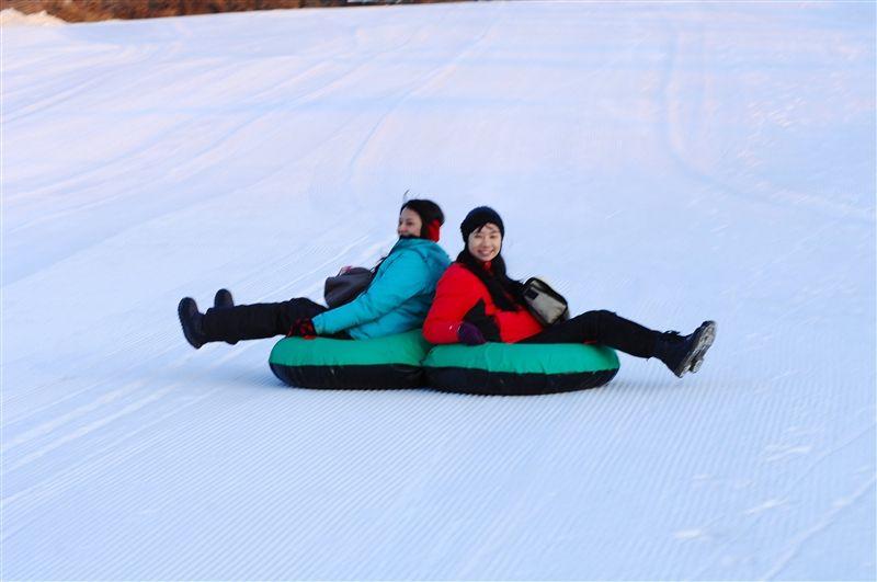 這裡的滑雪場幾乎都有雪圈、雪碟的遊樂設備,提供一個悠閒好玩的冰上活動。