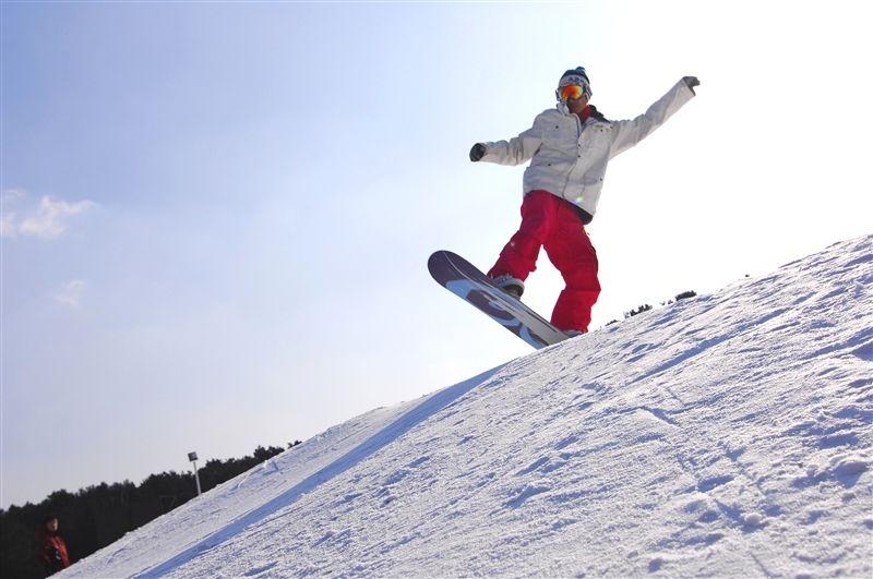 白清寨滑雪場設有空中技巧訓練的相關設施。