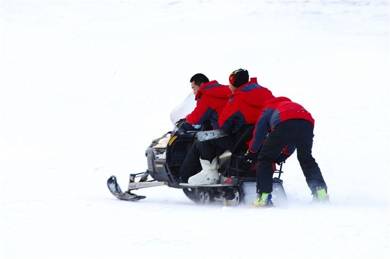 雪上摩托車也是滑雪場的人氣遊樂設施。(需要教練跟隨)