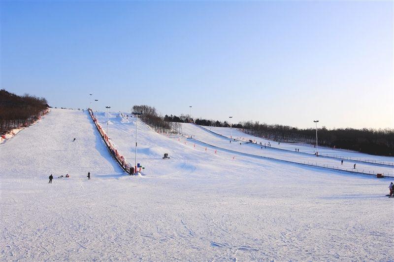 可同時容納四千人的怪坡滑雪場,齊聚各種冰上運動設施。