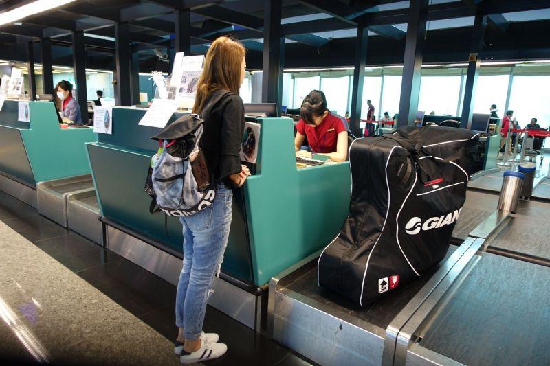軟式攜車袋材積過大,會被加收大型行李費用。(達叔 攝)