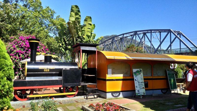后豐鐵馬道沿線也有許多特色餐廳,適合親子駐足休息。(欣傳媒攝影)