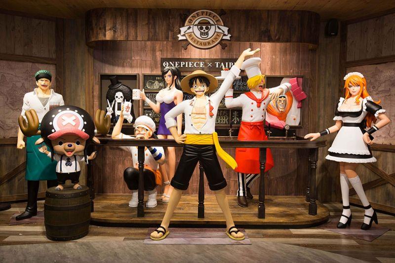 台灣限定  航海王真人比例公仔群。(《台灣航海王》餐廳提供)