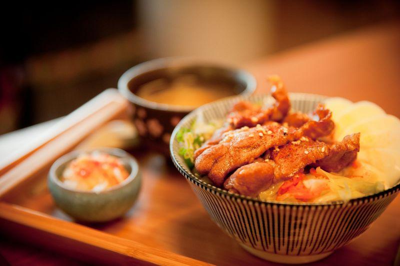 現點現做的丼飯料理,嘗得到池上當令的鮮甜滋味。(大白提供)