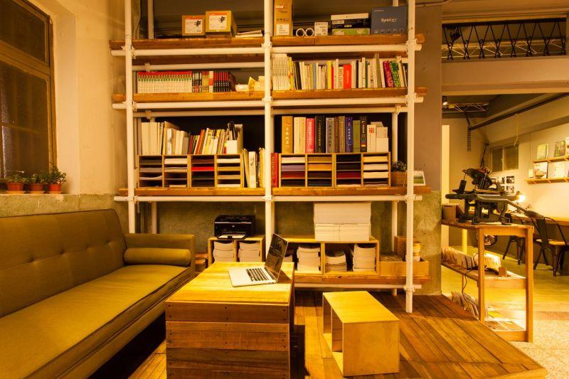 沙發、茶几和書櫃,讓店裡如同家一般的清爽舒適。(大白提供)