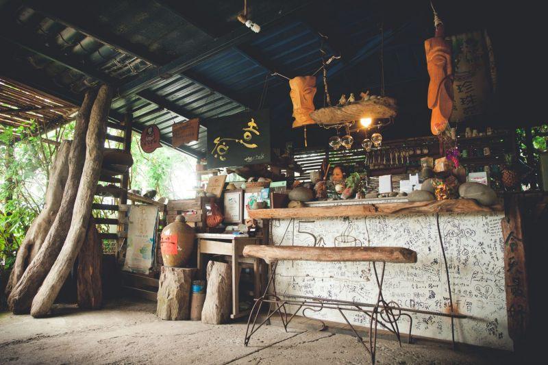 作臺綴以漂流木手工藝品,不僅散發自然情調,也帶著點藝術氣息!(大白提供)