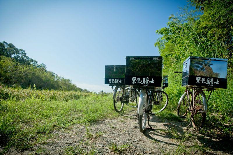 老鐵馬的小櫃子如今多放著垃圾袋和長夾,穿梭田間小巷的同時,也維護美好環境。(大白提供)
