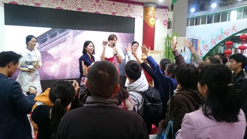 現場活動主持人特別選用台灣正妹,帶動民眾互動相當踴躍。