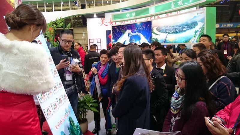 現場民眾熱情參加安徽景點的翻卡猜謎活動。