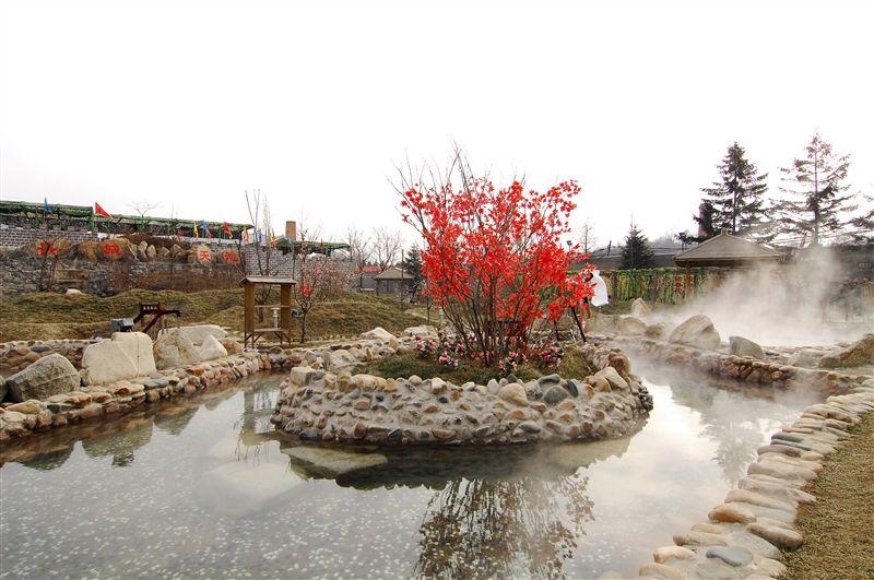 位於丹東五龍山腳下的五龍背小鎮,溫泉屬碳酸鹽型、弱鹼性高的熱泉,具有溫潤滑膩的特質。