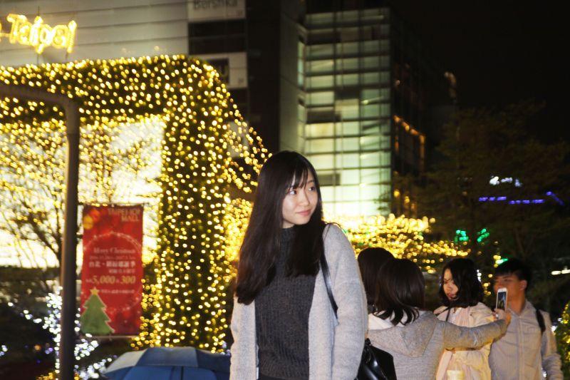 不少民眾到這留下聖誕濃厚的照片。圖攝/酸鼻子