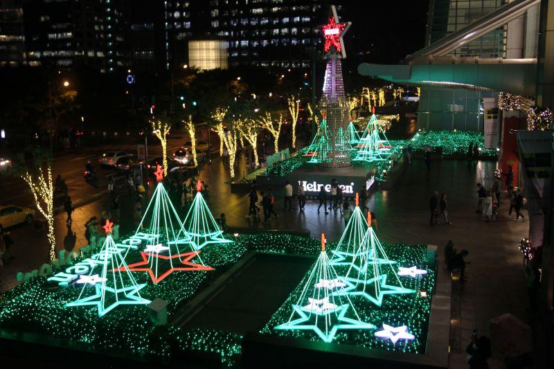 101門口的海尼根聖誕樹也是蠻可愛的。圖攝/酸鼻子