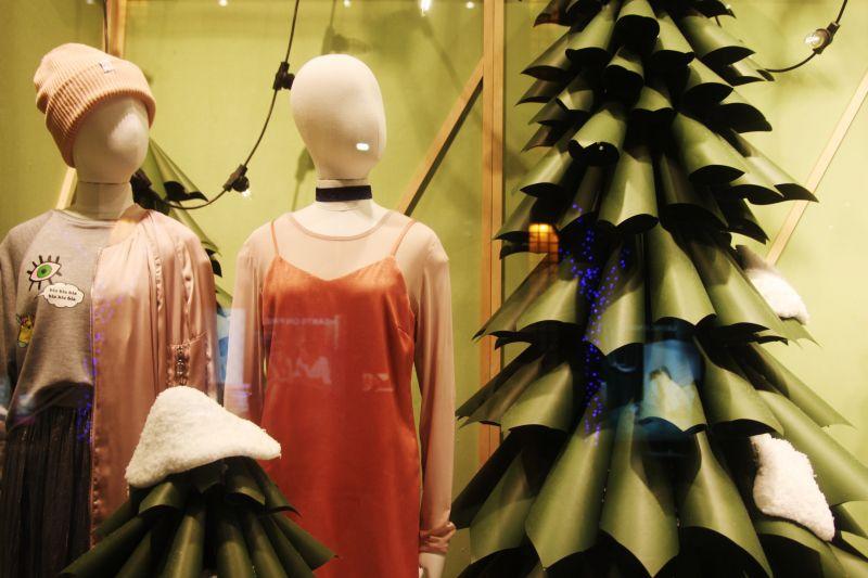 就連櫥窗都換上聖誕新裝了。圖攝/酸鼻子