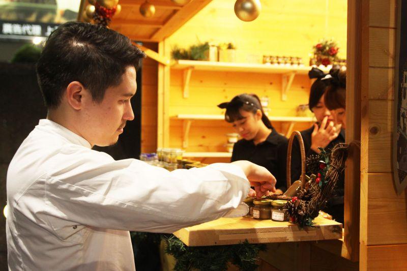 擠到人群前連拍,就是能恰巧拍到小廚師正在準備料理的情形。圖攝/酸鼻子