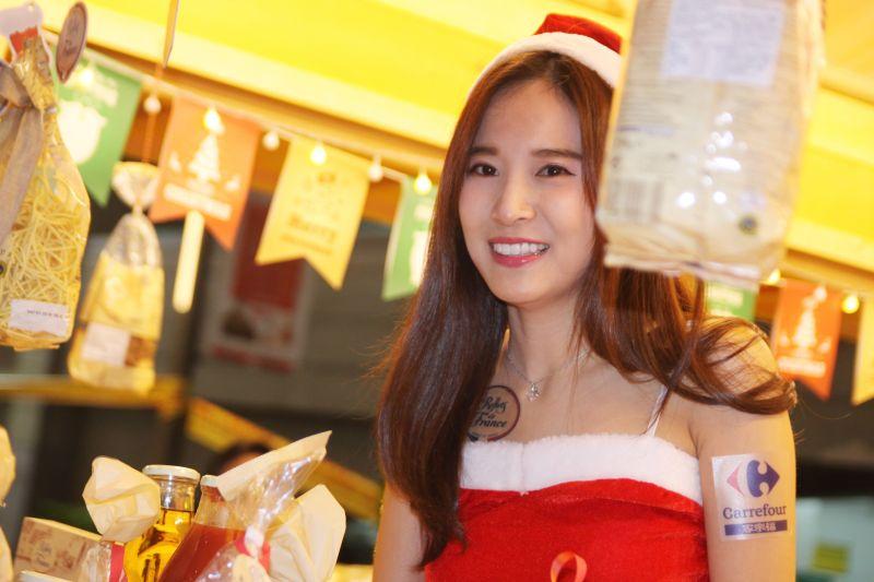 不妨拍一拍可愛的聖誕女孩,開啟閃光讓膚質看起來更好。圖攝/酸鼻子