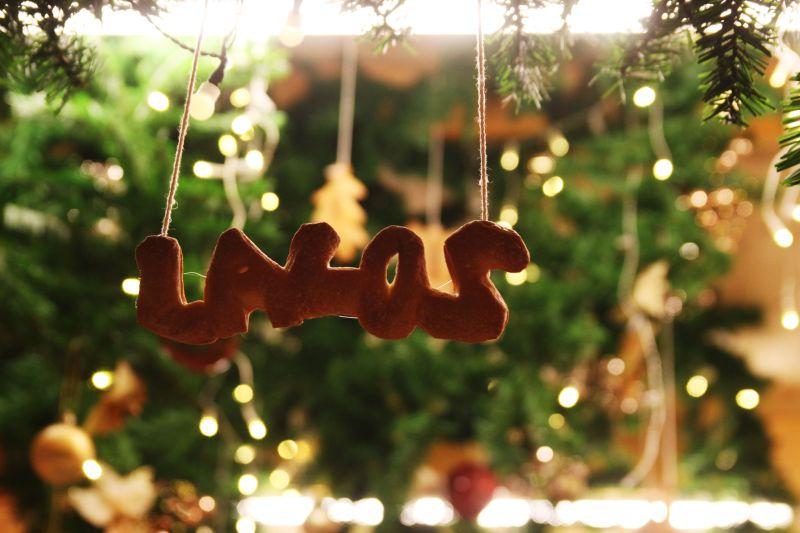 運用逆光來拍攝各個攤販的聖誕小物,特別有感覺。圖攝/酸鼻子