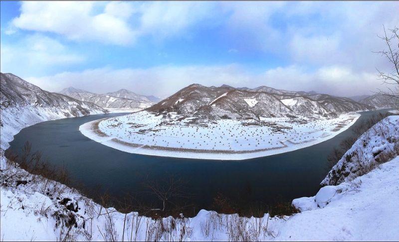 位於丹東的綠江村,被鴨綠江環繞,村內一片雪白奇景。(圖片來源:綠江村旅遊網)