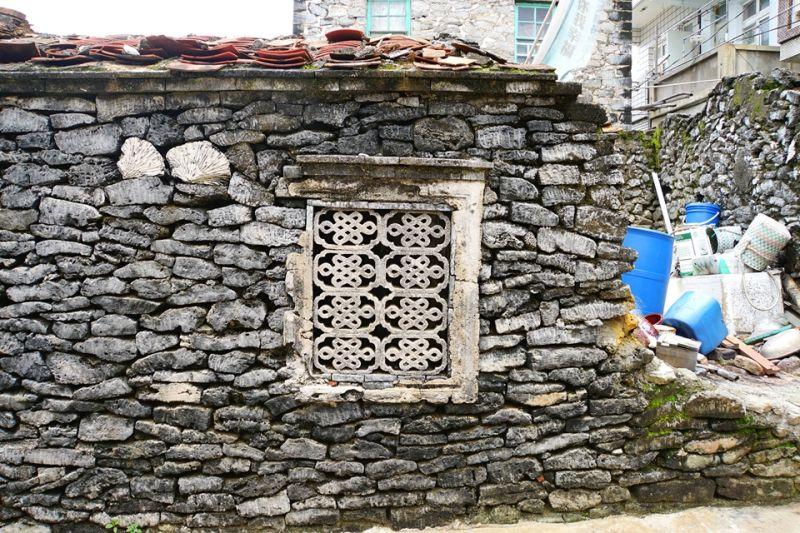 咾咕石是澎湖當地常見的傳統民居建材,本質是碳酸鈣十分堅硬,上頭細小的孔洞使其具有絕佳的隔熱與隔音效果,適合用來築牆或建屋。;圖文提供/馬可孛羅