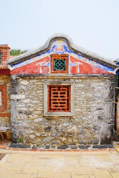 老厝上各種造型開窗十分引人注目,其中又以用紅磚所砌的「曾字窗」最為吸睛,正面看去彷彿一顆陽刻的印章。;圖文提供/馬可孛羅