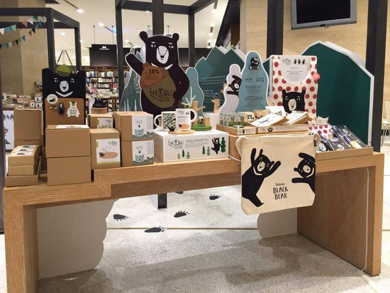 展場也有知音文創有熊國的文創商品。(照片/台灣黑熊保育協會提供)