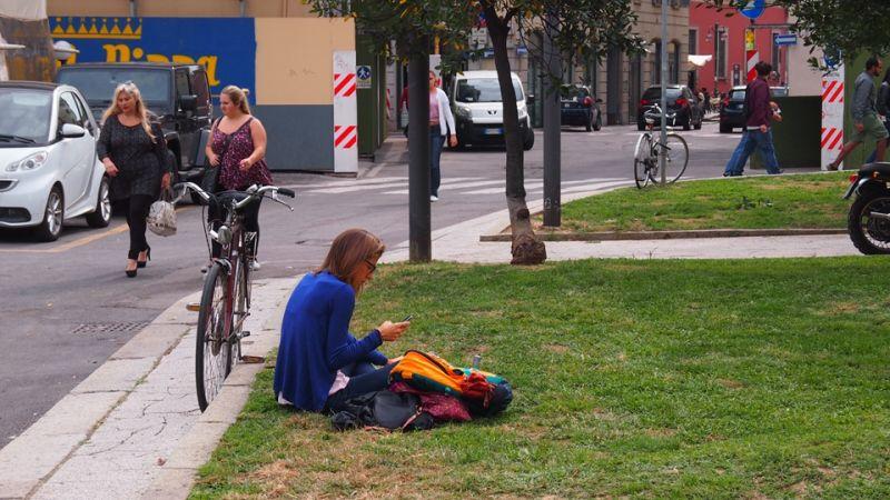 2015米蘭世博台灣館基地旁的草地上,常有米蘭大學的學生,將此當作休憩的地點;圖片提供:何熊貝/何凭融