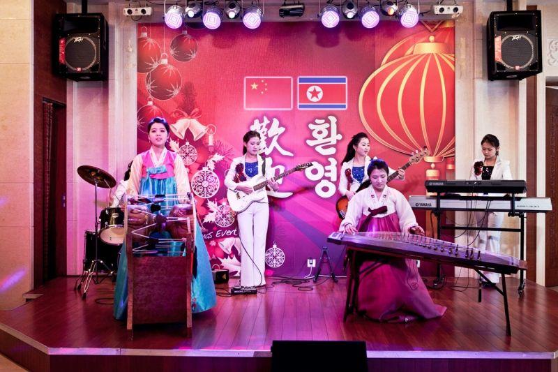 丹東的許多朝鮮餐廳中還會安排地道的朝鮮歌舞表演。