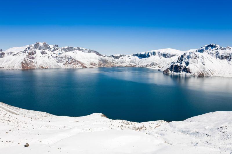 長白山上最有名的天池,冬天蒙上白雪更美。(圖片來源:欣傳媒)