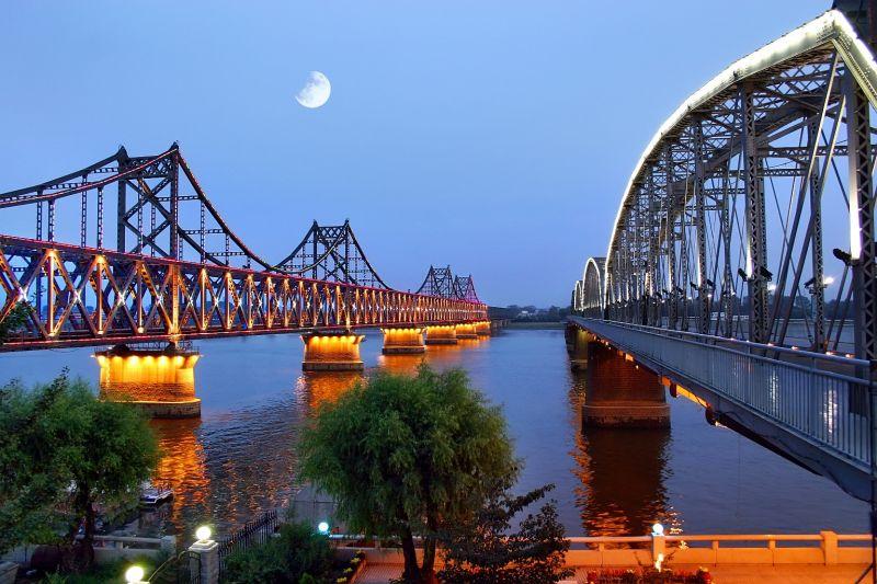 左橋為中朝友誼橋,連接了中國到朝鮮(北韓)的交通,內地到朝鮮旅行就由從此進入。