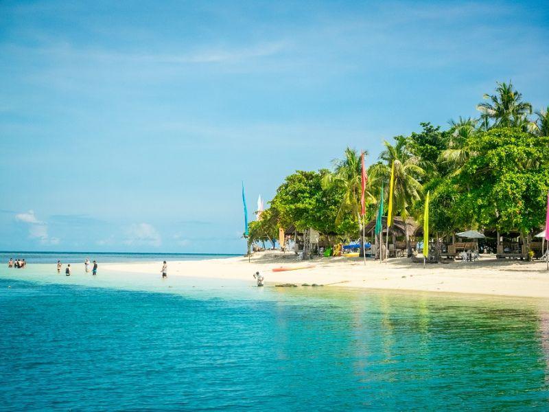 班丹島上碧綠茂密的樹林、淺而潔白的沙 灘、湛藍溫暖的海水,都讓身、心、靈不自覺地進入了放鬆愜意的狀態。