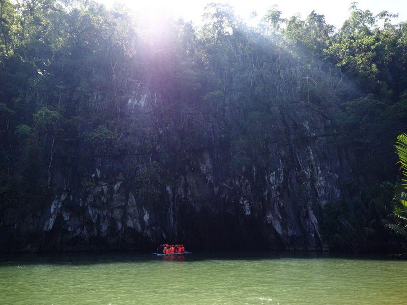 穿好救身衣、戴好安全帽,船夫帶著遊客緩緩向著洞 裡鬼斧神工的自然奇景前進。