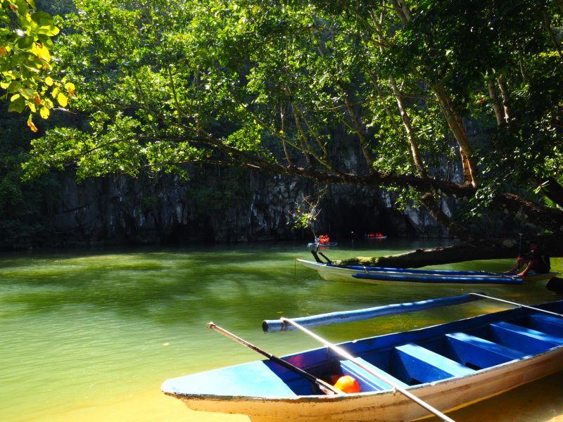 10人座的小木筏是進入地底河流的唯一方式。