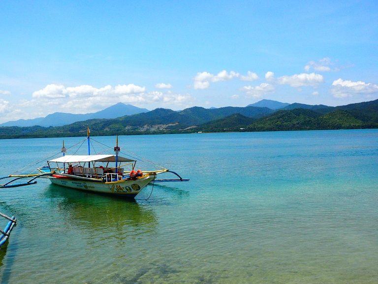 五彩繽紛的「螃蟹船」是當地特有的交通工具, 獨特的構造讓船行駛的過程能更平穩。