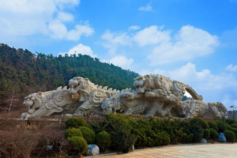 環山靠海的虎雕廣場,是大連沿海熱門景點之一。