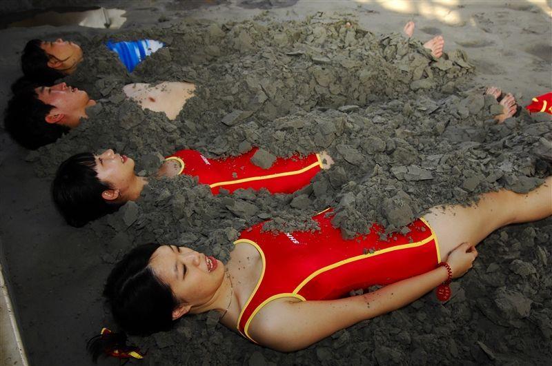 「亞洲第一泥」以45度的熱礦泥做理療。