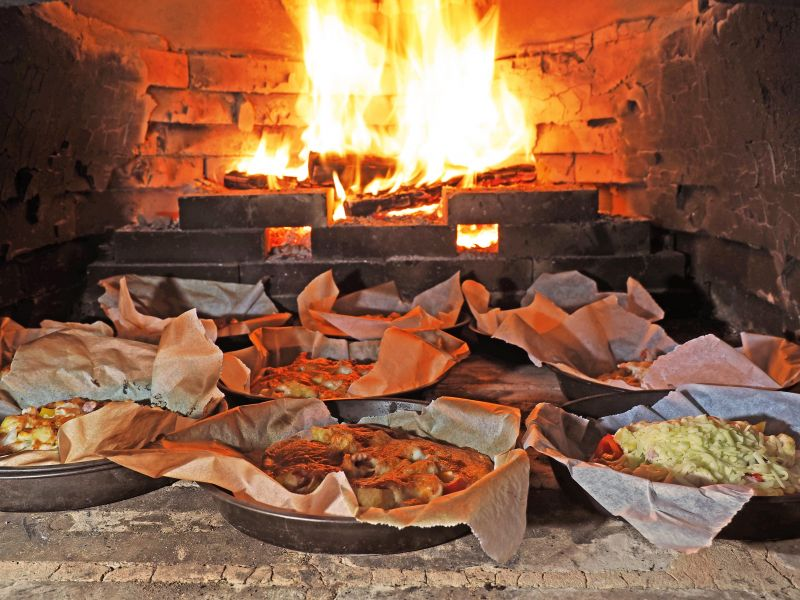 一個個手作披薩,在磚窯內等候烘烤熟成。(攝影/劉宸嘉)