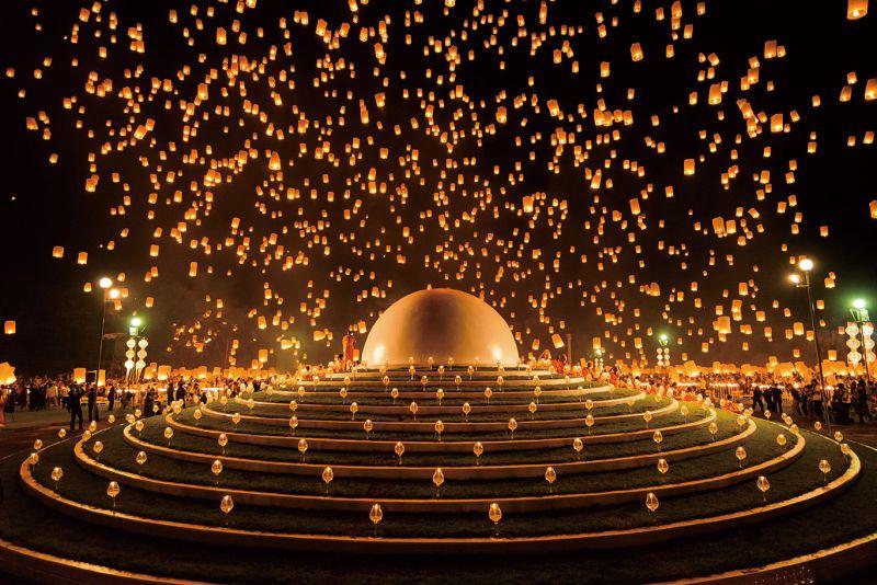 當成千上百個天燈同時在空中緩緩升起,整座古城被覆蓋在浪漫的燈海之中。(Photo│ shutterstock)
