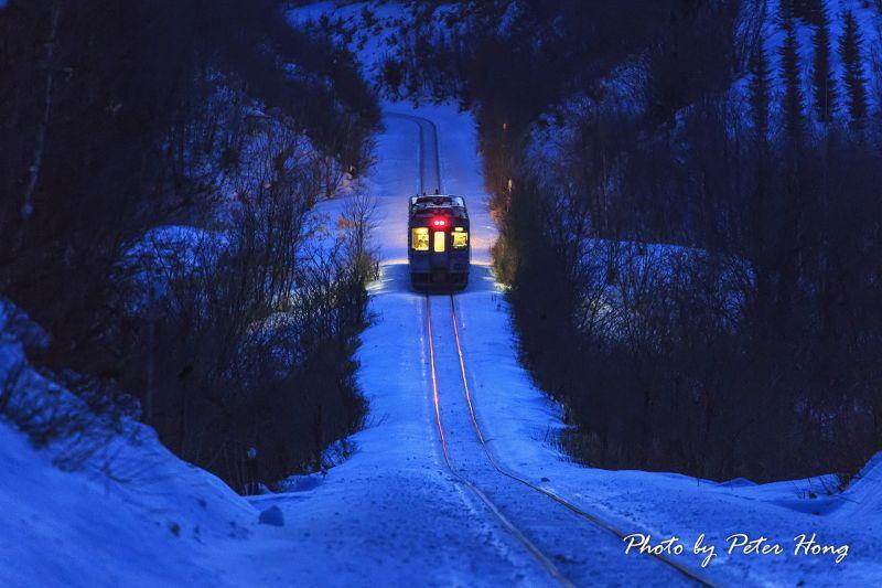 圖/在這冰天雪地的嚴冬,北海道釧網本線載著白煙的火車緩行於此,一呼一吸彷彿都充滿了浪漫氣味/Peter Hong提供