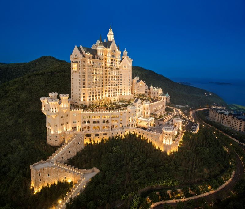 倚山面海、宛如歐洲城堡空降於此,如夢似幻。