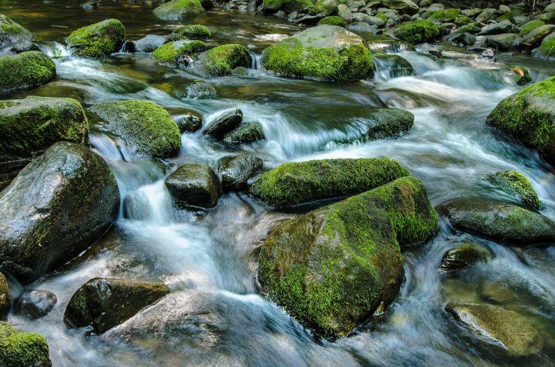 慢速快門下流動的河水 圖片來源Flickr CC 原作者/wiley photo