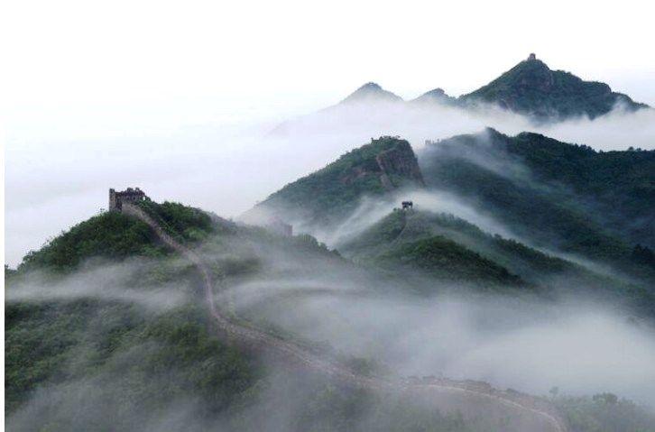 清晨被雲海圍繞的西溝長城,吸引許多攝影師來取景。(圖片來源http://bit.ly/2n0HKac)